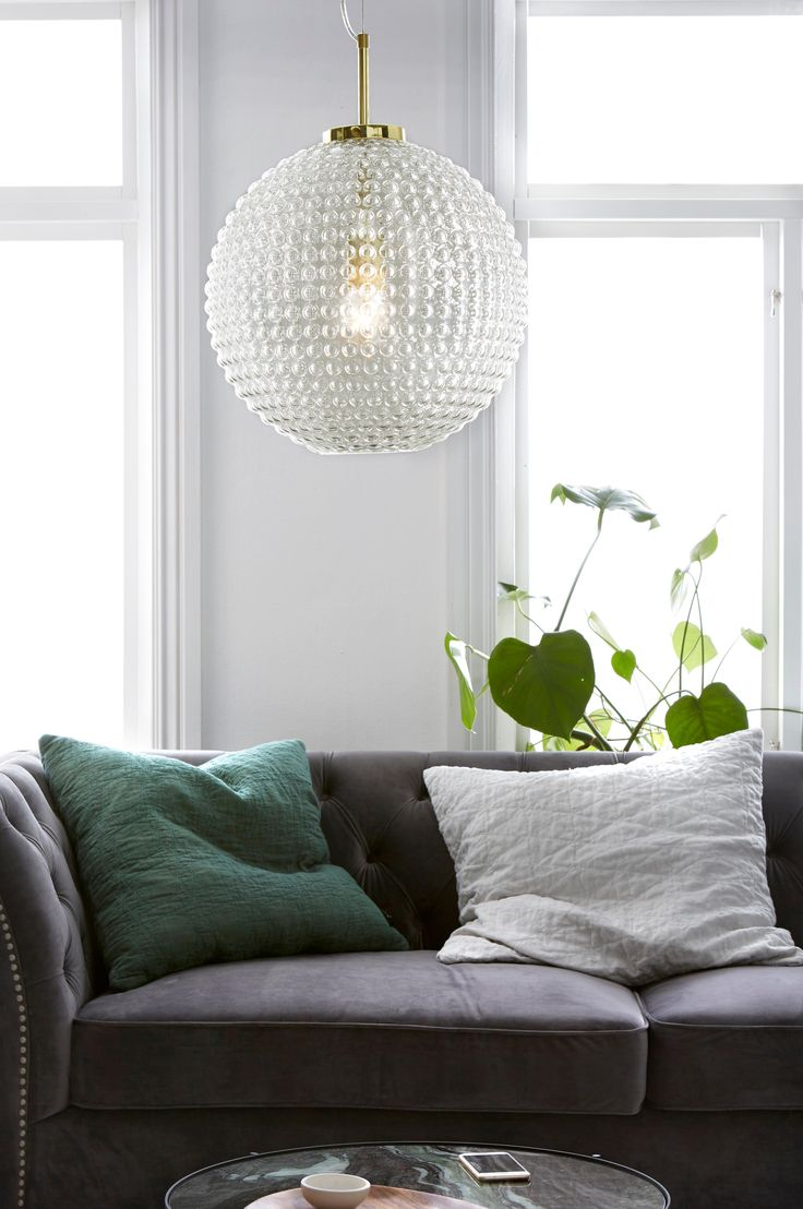 Taklampa av bubbligt klarglas med förmässigat metallupphäng. Höjd 50 cm, Ø40 cm. Transparent sladd med vajerupphängning, sladdlängd 85 cm. Stor sockel E27. Max 60 W. Ljuskälla ingår ej.