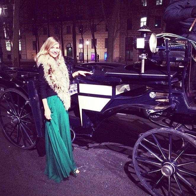María León con vestido color verde esmeralda (Pedro del Hierro), pendientes vintage de Kiki Ritz Biarritz, sandalias de Zara, pulsera de Olga Prieto y estola de pelo de Nelsy Chelala.