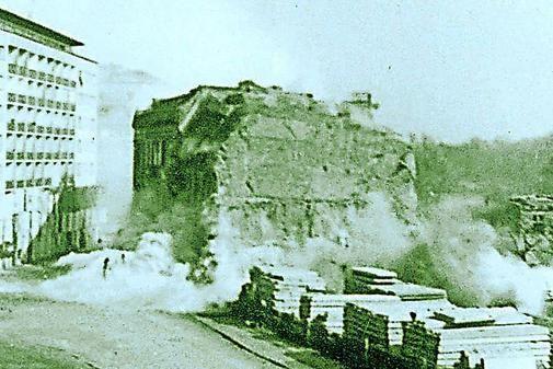Sprengung vom Krieg verschonter Wohnhäuser am Blücherplatz an der Alten Fahrt nahe dem Alten Markt