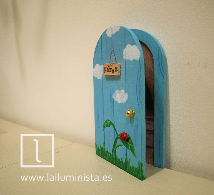 Puerta para el ratoncito Pérez que se abre. Hecha y pintada a mano. Una original ilustración de  nubes y hierba con mariquita sobre hoja. También puede servir como puerta de hadas.