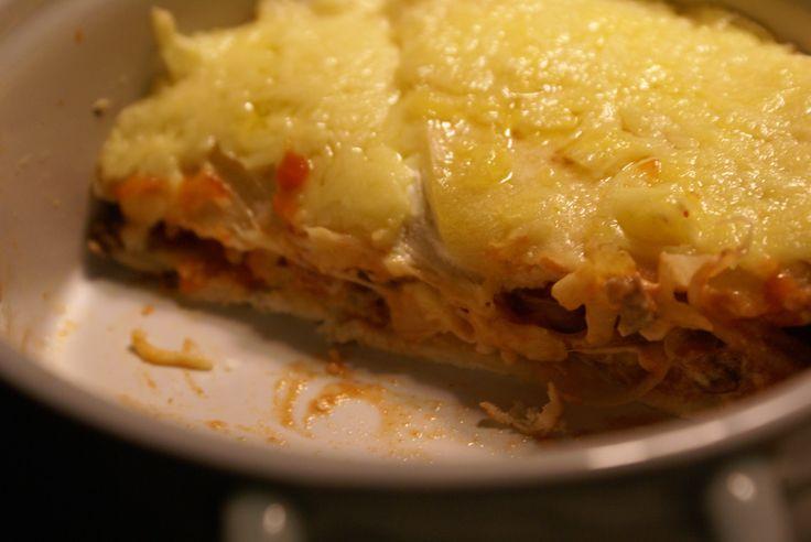 Tortilla gehaktlasagne uit de Airfryer Ingrediënten voor twee pannetjes – 300 gram gehakt – 6 tortilla wraps –Crème fraîche – Tortilla saus (pittig) – Geraspte kaas – Prei – Bosui – Tomaat Hoe maak je Tortilla gehaktlasagne uit de Airfryer klaar? Verwarm de Airfryer voor op 180 graden. Was de prei, tomaat en bosui en …