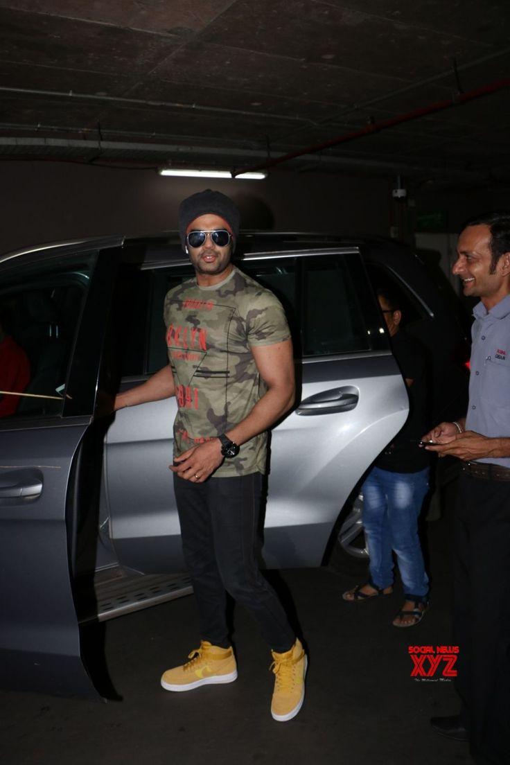 Mumbai: Manish Paul spotted at airport - Social News XYZ