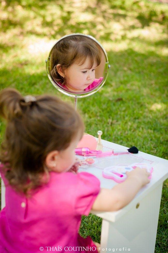 mini beauty parlor baby girl photo shoot sessao de fotos criativa bebe menina bebe menina se maquiando