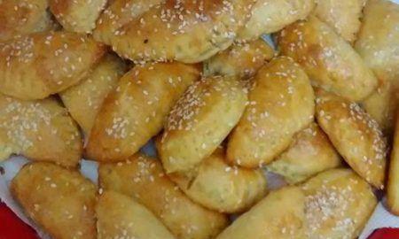 Εύκολo και πεντανόστιμo Σιροπιαστό κέικ καρύδας δίχως αυγά και βούτυρο… Υλικά Loading... 1½ κούπα αλεύρι για όλες τις χρήσεις 1½ κούπα τριμμένη καρύδα και λίγη ακόμη για το γαρνίρισμα ½ κούπα ελαιόλαδο πολύ καλής ποιότητας 1 κούπα ζάχαρη 3 κουταλάκια του γλυκού μπέικιν ½ κουταλάκι του γλυκού σόδα 1 κούπα χυμό πορτοκαλιού ½ κούπα γάλα …
