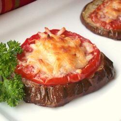 SIMPLE, FÁCIL Y SALUDABLE  -  Cortar una rodaja algo gruesa de berenjena, encima una de tomate un poco más fina. Salpimentar y cubrir con queso rallado. Hornear hasta que se cocinen los vegetales y se gratine el queso ... delicioso !!!