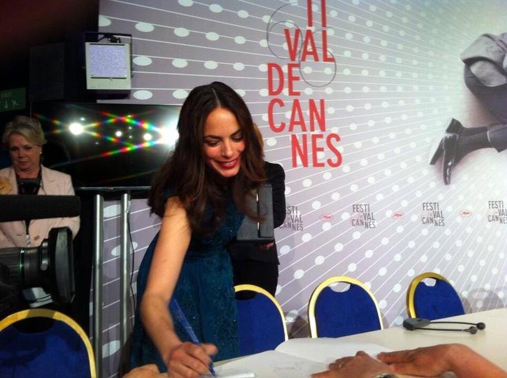 #BereniceBejo signe des autographes après son prix d'interprétation à #Cannes2013.