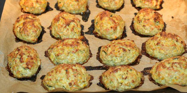 Lækre kyllingefrikadeller som bages i ovnen. De er fyldt med masser af gode grøntsager, som gør dem både sunde og saftige.