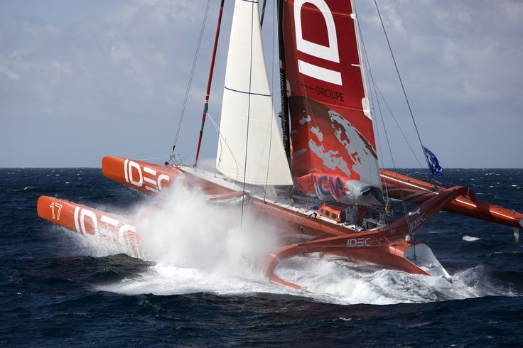 The French sailor Francis Joyon has set a new 24 hour distance record for a boat skippered by a solo sailor.
