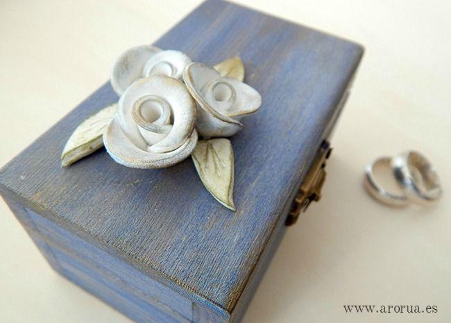 Caja porta alianzas de madera decorada con flores de porcelana. Ring box. www.arorua.es