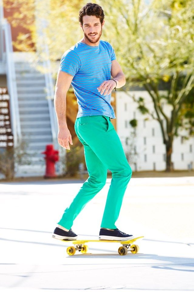 Acheter la tenue sur Lookastic:  https://lookastic.fr/mode-homme/tenues/t-shirt-a-col-rond-a-rayures-horizontales-turquoise-pantalon-chino-vert-menthe-tennis-bleu-marine/2630  — T-shirt à col rond à rayures horizontales turquoise  — Pantalon chino vert menthe  — Tennis bleus marine