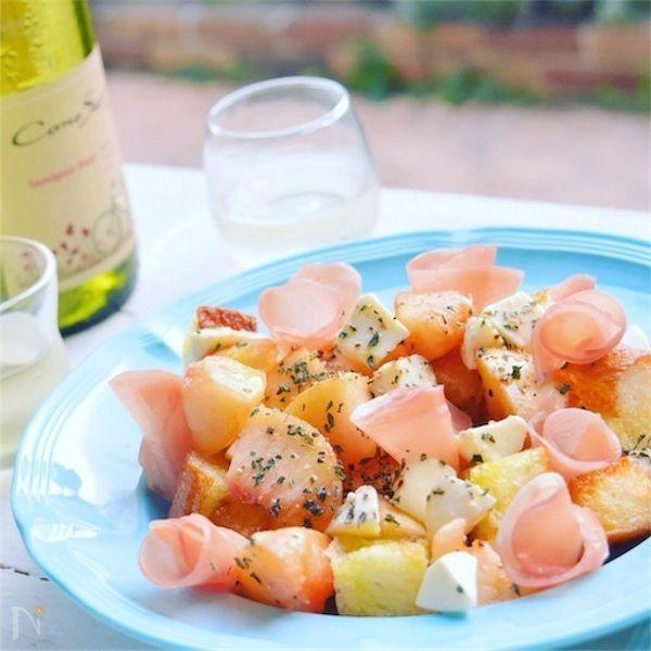 旬の桃の繊細な甘味に、    さわやかバジルが夏色〜**    モッツァレラの淡白な味と    バゲットと生ハムの塩気が    後引くハーモニー、    白ワインのマリアージュでどうぞ…