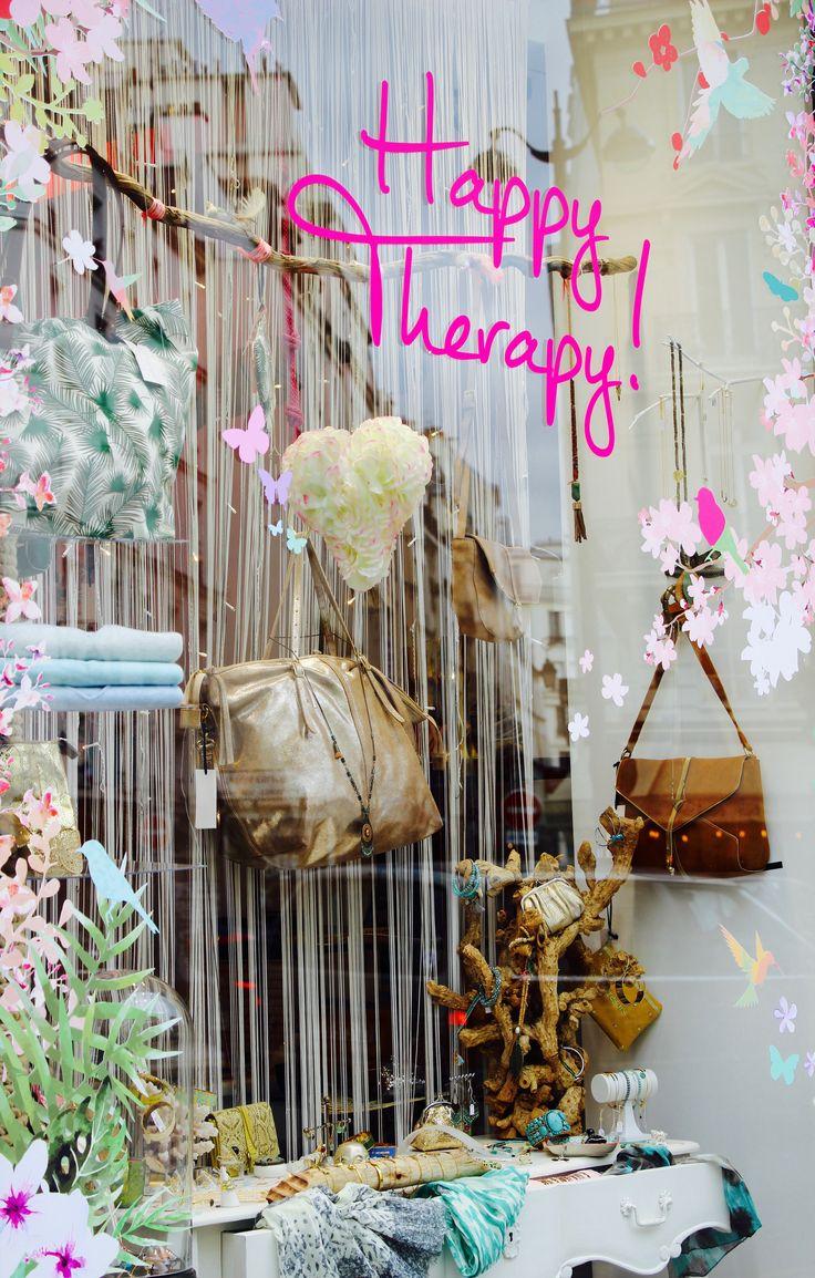 """La nouvelle vitrine """"Happy Therapy"""" composé des sacs Petite Mendigote et des bijoux fantaisies en plaqué or et argent."""