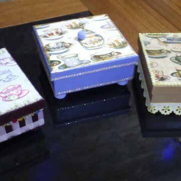 Caixa para lembrancinhas Medidas: 15 cm X 15 cm X 5 cm Técnica: Decoupage