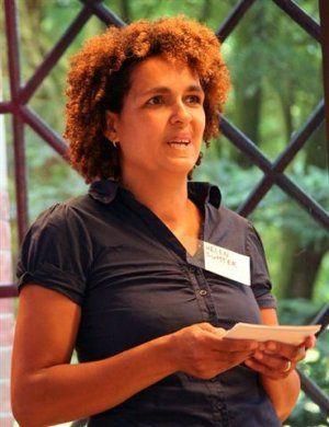 Bedrijvige Vrouwen is in het voorjaar van 2011 bedacht door Helen Sumter. Als Bedrijvige Vrouw heeft Helen veel kennis en ervaring opgedaan in (bureau- en veld-) onderzoek, culturele en maatschappelijke projectontwikkeling en fondsen werven.