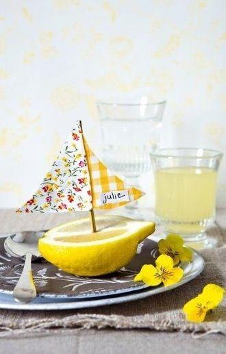 Abbinate al centrotavola con limoni e rose gialle questi simpaticissimi segna posto realizzati usando mezzo limone a mo' di barchetta. Realizzate la vela con un pezzetto di tessuto (o della c…