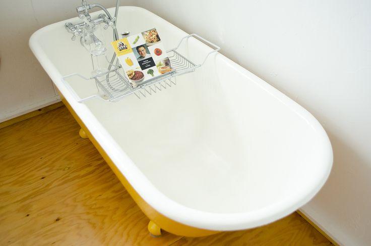 BAIGNOIR / 2,150.00 $  Description / Ensemble complet pour baignoire sur pattes, incluant les accessoires de bain et de douche vintage chrome.  http://www.ulyscollectif.com/mobilier/