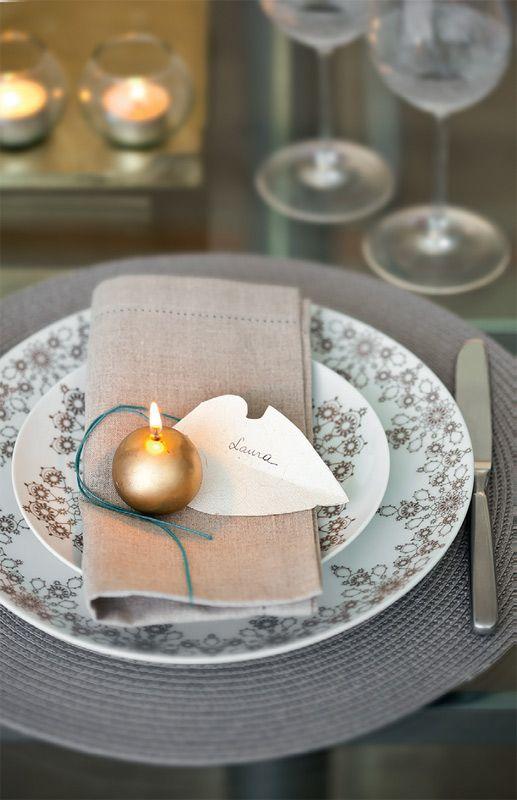 Tons de cinza sofisticam a ceia. Repare: jogo americano de fibra sintética, pratos de porcelana, taças de cristal (todos da Divino Espaço) e guardanapo de linho (Roupa de Mesa).