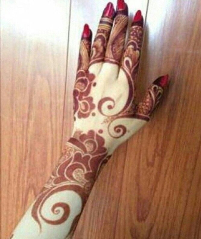 Arabic henna design. I love the swirls, the thick shapes, the thinning and…