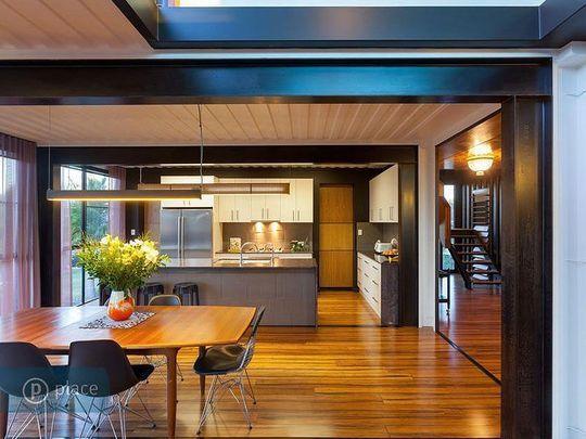 Parquet pour cuisine ouverte et plafond bleu