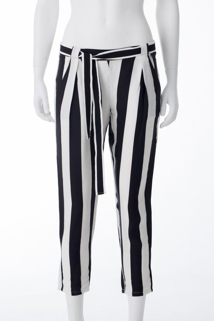 Pantalon ligné blanc et noir, GUESS, 89$ * Black and white striped pants, GUESS, $89