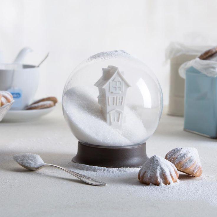 Sukkerskål formet som en snekugle. Når sukkerskålen ikke benyttes, viser den det sødeste landskab dækket af sne/sukker.