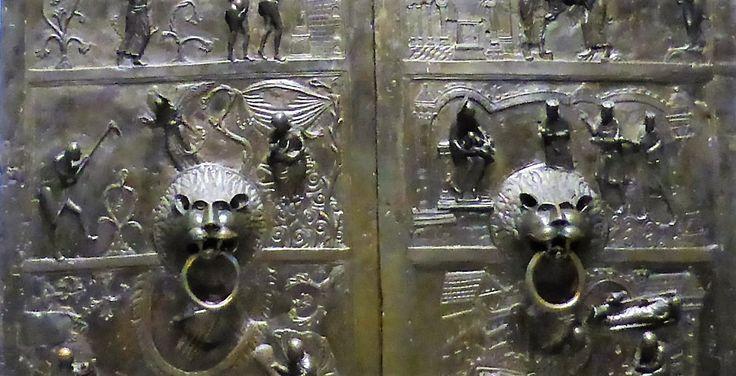 Bernwardstür: Gegenüberstellung links der 'alten' Eva  des AT, und rechts der 'neuen' Eva (sprich: Maria) des Neuen Testamentes.