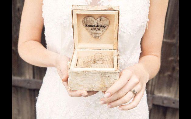 Personalisierte Hochzeitszringkasten, gravierte, Verlobungsring-Kasten , Rustikal Hochzeits-Ring Box  Das rustikale Ring-Box ist ein schickes Accessoire für Ihren Hochzeitstag or...