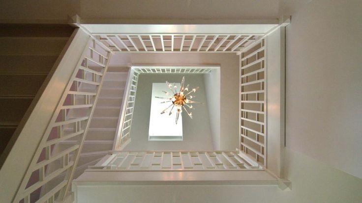 Atelier3    Dit indrukwekkende trappenhuis blijft elegant en warm door de klassieke elementen en zachte pasteltinten. De kroonluchter maakt het geheel tot een waardige binnenkomst. Meer inspiratie op www.atelier3.nl #atelier3 #architectuur #villa #trappen #architect #interieur #wonen