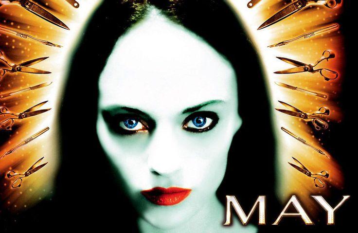 May - Ο Άγγελος του Κακού (2002). Η πρώτη δουλειά του ελπιδοφόρου σκηνοθέτη Lucky McKee μάλλον είναι και η καλύτερη μέχρι σήμερα. Ο λόγος για το «May», μια ξεχωριστή ταινία τρόμου με έντονα στοιχεία μαύρης κωμωδίας που κυκλοφόρησε στις αρχές της προηγούμενης δεκαετίας κερδί�
