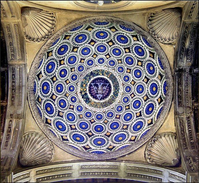Cupoletta della Cappella Pazzi decorata da una brillante policromia da Luca della Robbia