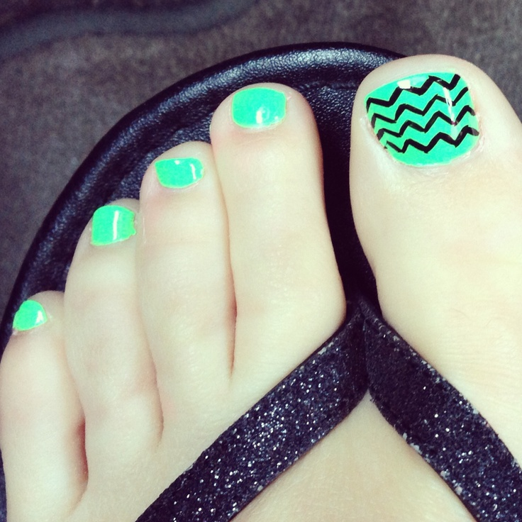 Chevron toe nail polishg My heart belongs to Chevron stripes :-) -Tara