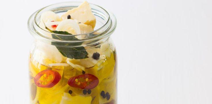 Hermelíny prokládejte v litrové sklenici chilli papričkami, cibulí, česnekem a…