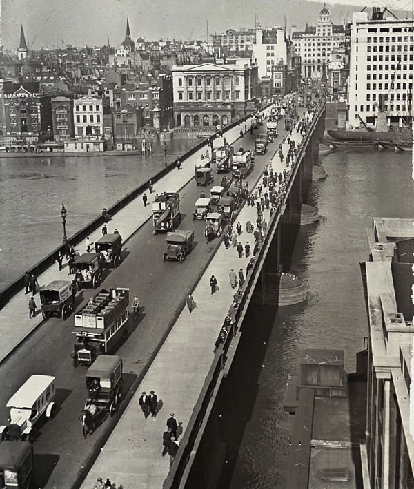 London Bridge, c. 1930. Sold to Robert Mc Culloch in 1968 and re-assembled in Arizona in 1971.