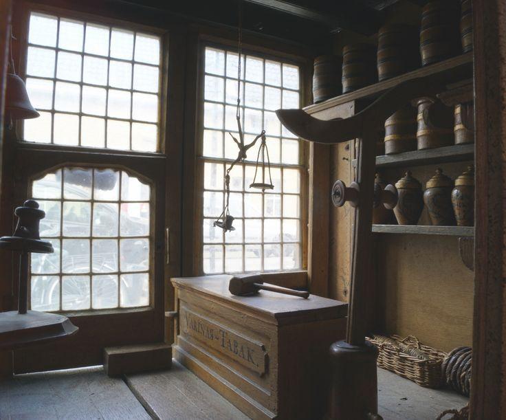 Een rijk gemeubileerd model van een Hollandse 'varinas' tabakswinkel, bestaande uit 3 etagès, winkel op de benedenverdieping met toonbank, vele tabakspotten en toebehoren, gemeubileerd woonhuis op de eerste etagè, zolderverdieping met opslag, snijmachines en droogrekken, Holland vroege 19e eeuw