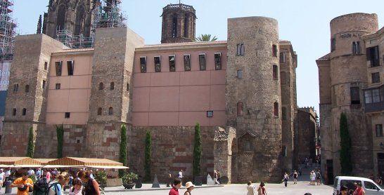 Quatre de les torres de la muralla romana, incorporades a la casa de l'Ardiaca i el Palau del Bisbe, a la plaça nova. Les dues torres semicirculars emmarcaven una de les portes de la ciutat, que donava pas al Decumanus (actual carrer del Bisbe)