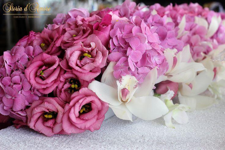 На президиум были использованы несколько видов орхидей. Со стороны жениха и невесты очень нежные белые орхидеи!
