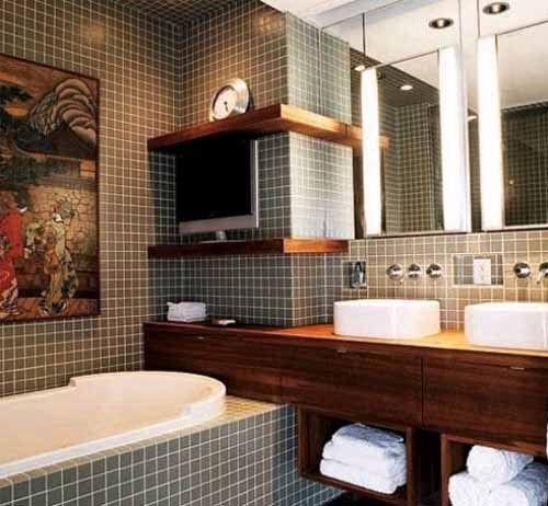 """Так называемая """"мужская ванная"""".  Мелкая плиточная клетка, строгий дизайн и даже плазменный телевизор. А сверху красуются часы, очевидно слишком прагматичного хозяина. Настоящее убежище холостяка. #смесители #сантехника #дизайн #ванна"""