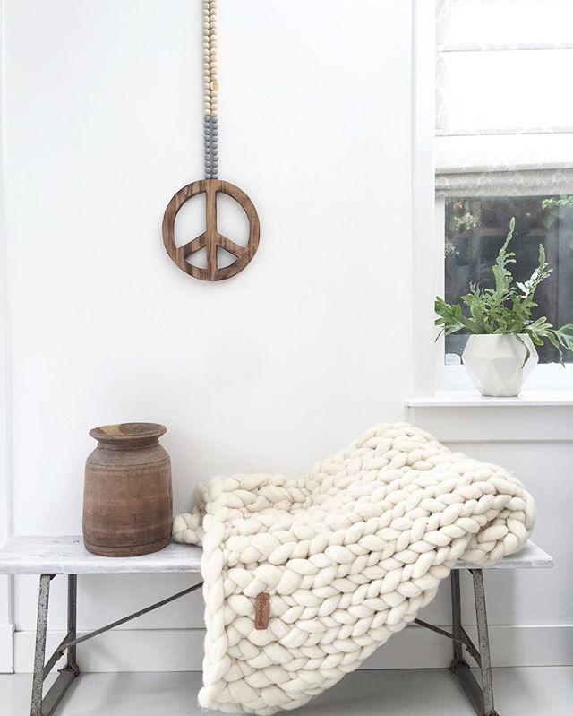 Bij de kapper, mooi even tijd voor ig. Heerlijk licht in huis vandaag, hoop dat het zo blijft. Volgens mij heeft @allerwarmst alleen vandaag nog 20% korting op alle prachtige wollen plaids peace teken is van @madumadu.nl