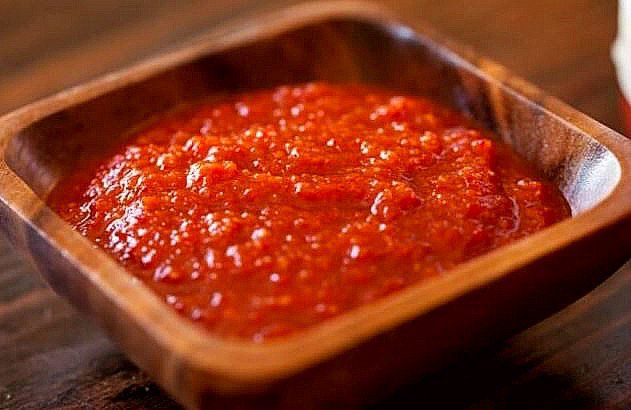 This Sriracha Sauce recipe is so delicious and so easy to make! Also called rooster sauce it's the perfect spicy condiment! Sriracha Sauce, Salsa Carbonara, Cooking Tips, Cooking Recipes, Vegetarian Recipes, Sweet Sauce, Kitchen Recipes, Sauce Recipes, Kitchens
