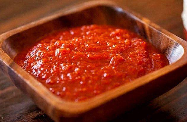 Salsa Sriracha casera, esta salsa es picante a base de pimientos, ajos, vinagre, miel o azúcar y sal. Es original de Si Racha en Tailandia.