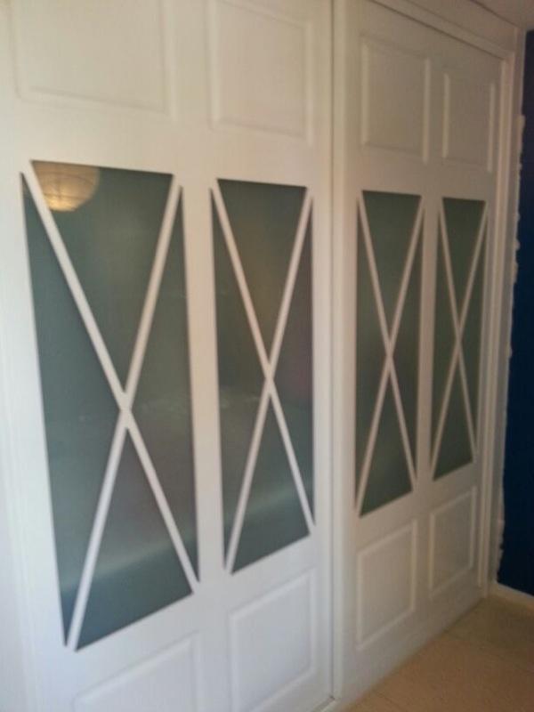 Armario corredera de 2 hojas con aspas dobles cristal mate y lacado en blanco armarios de - Armarios con puertas de cristal ...