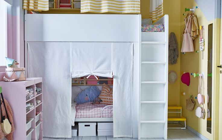 Una cameretta con un letto allungabile sotto il letto a soppalco, entrambi nascosti da una tenda - IKEA