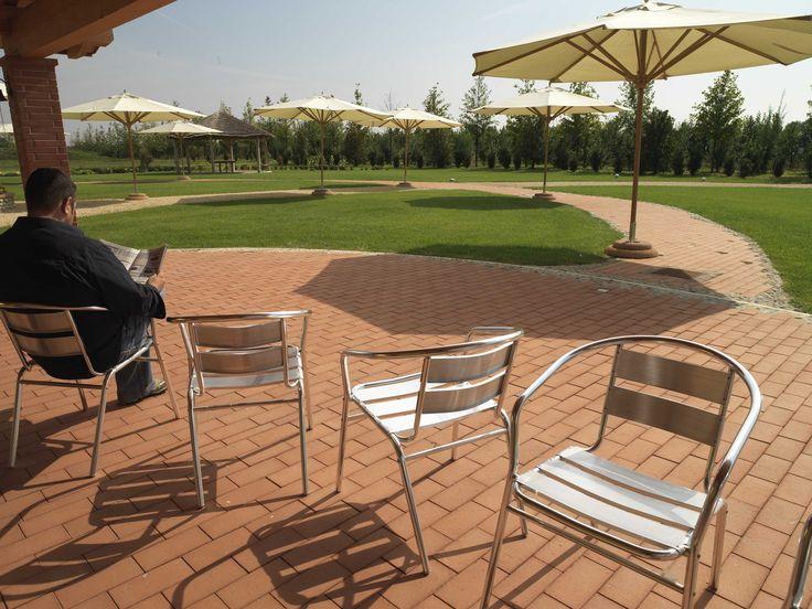 Il #cotto da vivere. Rilassarsi e leggere in #giardino. Clay Paving. a #Verona