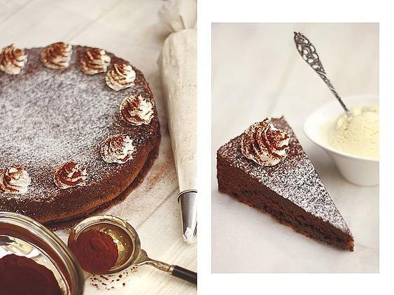 Toszkán csokitorta! Ha azt mondom, olyan, mint egy nagy szuflé, hm? Azt hiszem, érted, mire gondolok. Ennek a tortának az is nagy előnye, hogy akár egy gyerekzsúron, akár egy nőcis születésnapi vacsorán el tudjuk képzelni. Könnyen öltöztethető, bárhogy dekorálható, és természetesen isteni!