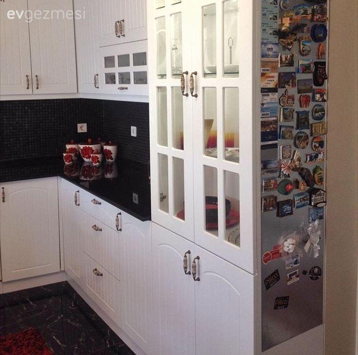 Buse hanımın kendi tasarlayıp yaptırdığı mutfağında, country esintili mutfak dolapları siyah tezgah, tezgah arası seramik ve koyu mermer zeminle tamamlanmış. Siyah ve beyazı başarı ile tamamlayan kırm...