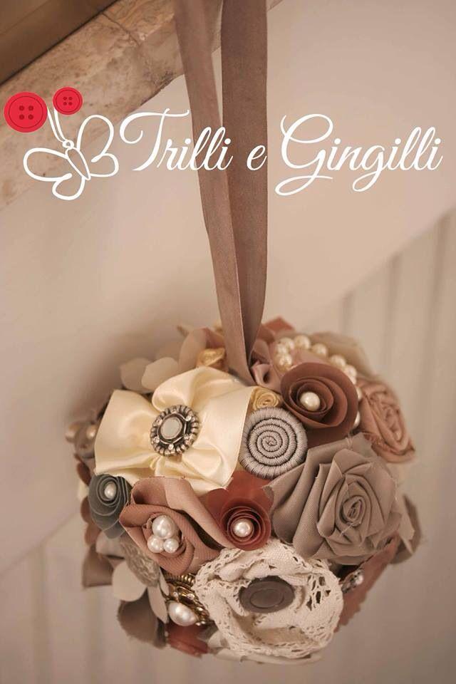 """Bouquet sferico modello """"a borsetta"""" realizzato con fiori di stoffa, perle e bottoni. Se vuoi saperne di più sui miei bouquet originali vai su: www.trilliegingilli.com"""