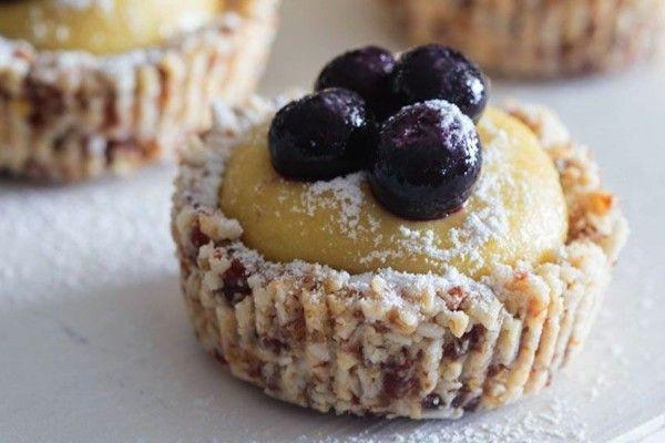 Mini tarte vegane si raw cu lamaie si afine