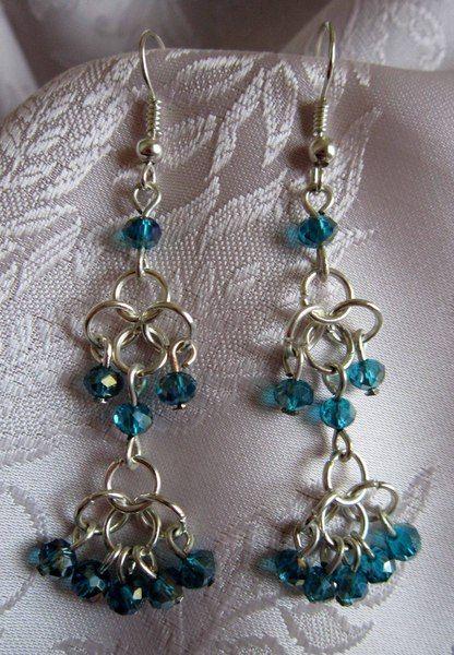 Orecchini in chainmail con cristalli blu petrolio di Piccoli Capricci di Mara su DaWanda.com