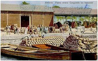 Postal del puerto de Almería, cargando las barricas de uva para la exportación (1927)