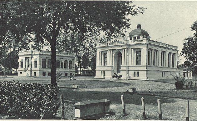 Medan, straatbeeld, het raadhuis en de Javasche Bank, Sumatra, Indonesië (1898-1915)